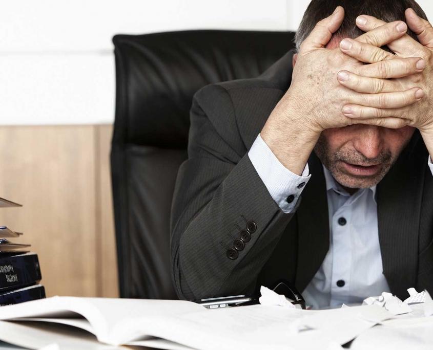 Burnout, Mann am Schreibtisch, Psychotherapie Brückelmayer (©Otmar Winterleitner, stock.adobe.com)
